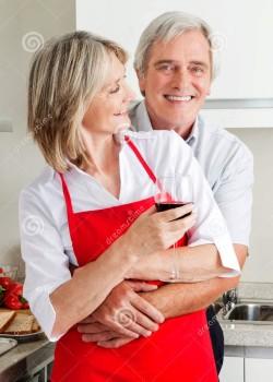 Супруги обнимаются