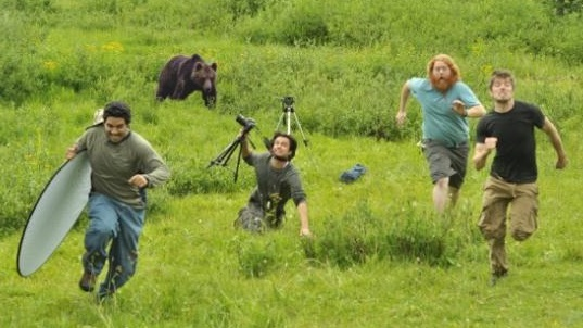 Люди бегут от медведя