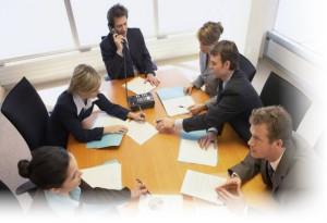 Переговоры людей за столом