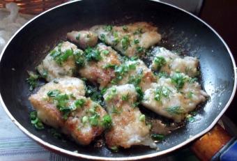 Кусочки рыбы в сковороде
