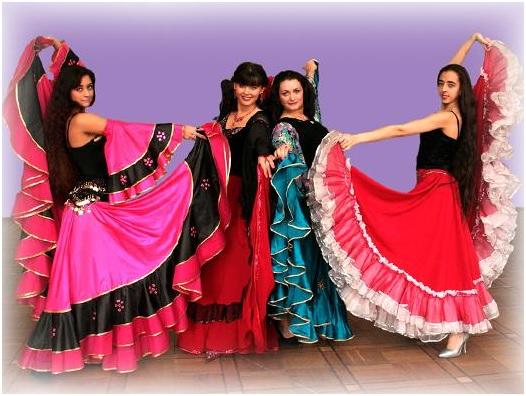Цыганки танцуют