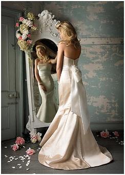Невеста смотрится в зеркало