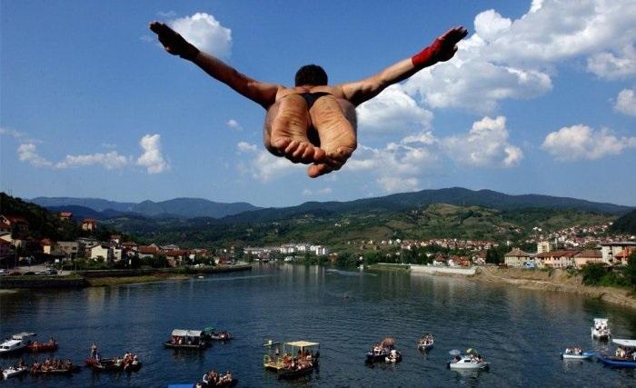 Мужчина летит высоко над улицами