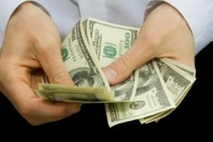 Мужчина пересчитывает доллары