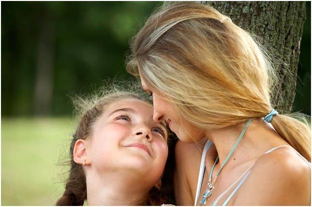 Девочка с мамой у дерева