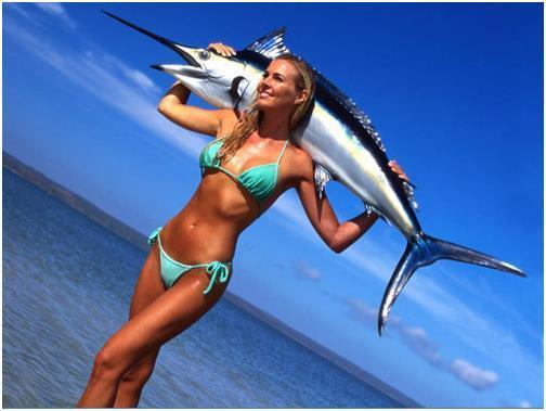 Девушка держит рыбу-меч