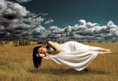 Спящая женщина взмыла над землей