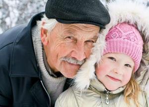 Дедушка обнимает девочку