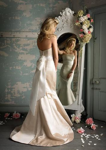 Женщина перед зеркалом