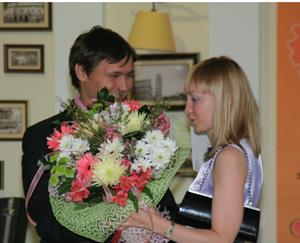 Директор дарит цветы