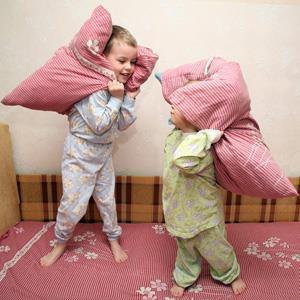 Дети балуются