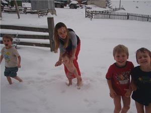 Дети босиком на снегу