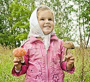Ребенок собирает грибы