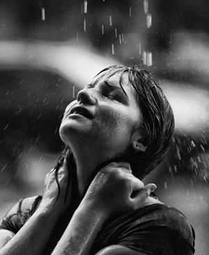 Плакать под дождем