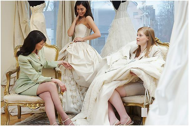 Примерка платья в компании