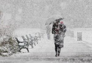 Снег падает на город