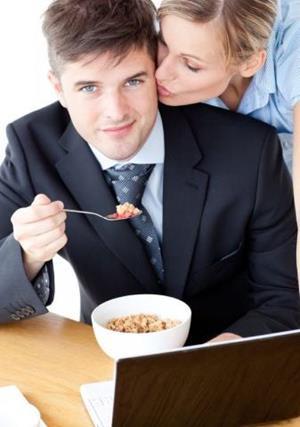 Муж ест