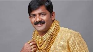 Человек в золотых украшениях
