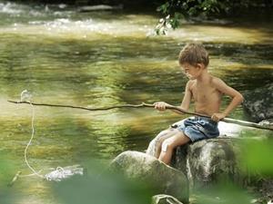 Ловит рыбу на удочку