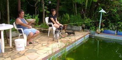 Ловит рыбу в бассейне