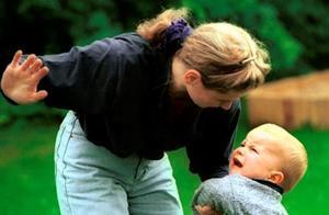 Бьет ребенка