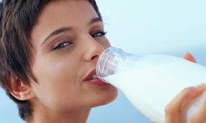 Пьет молоко