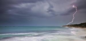 Молния на пляже