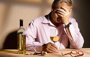 Человек злоупотребляет спиртными напитками
