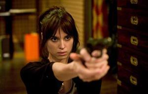 Девушка стреляет из пистолета