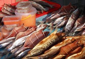 Соленая рыба на прилавке
