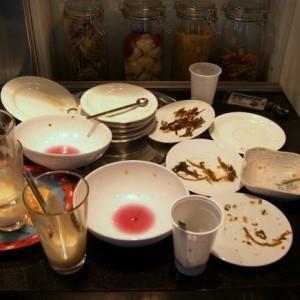 Грязная посуда на столе