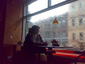 Переждать дождь в кафе