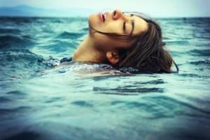 Купаться в море.