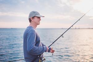 Ловит морскую рыбу