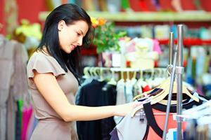 Покупает одежду