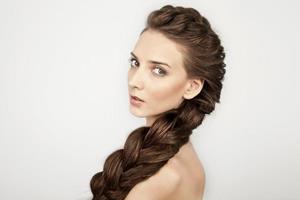 Заплетать волосы в косу