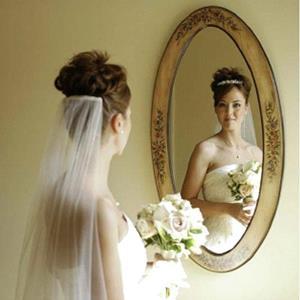 Отражение в зеркале в платье и фате