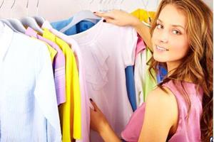 Девушка смотрит одежду