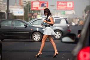 Девушка идёт на шпильках