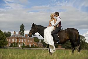 Влюблённые верхом на коне