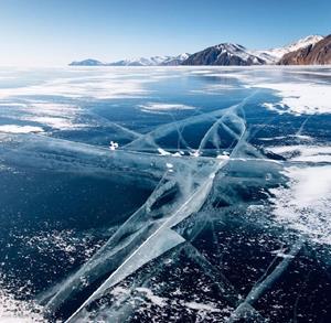 Озеро, скованное льдом
