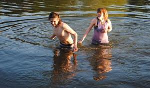 Купание в озере с любимым человеком