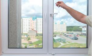 Человек закрывает окно просто