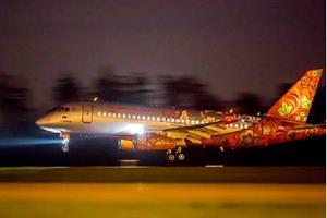 Ночью самолёт с яркими огнями