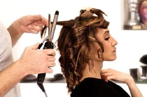 Девушке крутят волосы