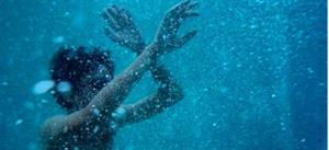 Тонуть в море