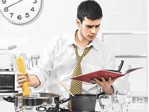 Мужчина делает женскую работу