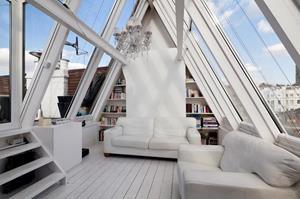 Уютный чердак с прозрачной крышой