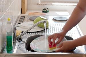 Мыть посуду в своем доме