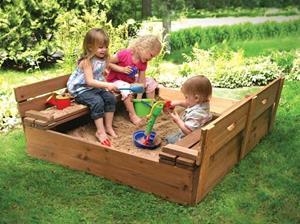 Дети играют во дворе